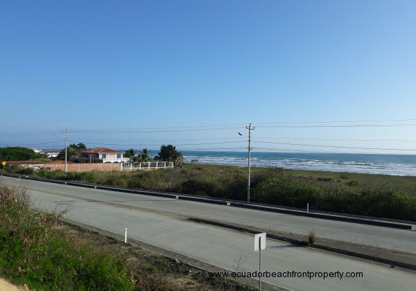 A central shot of this oceanfront lot. Direct access from the principal road from San Vicente to Canoa.