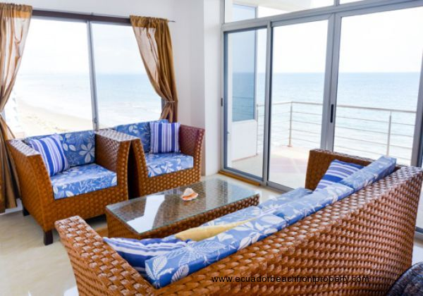 Living room with lots of light and sea views in all directions.