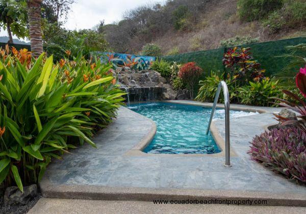 La entrada a la piscina with poolside gardens.